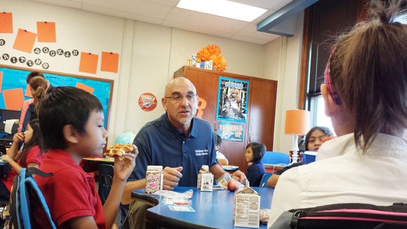 Superintendent Robert Neu joined a third-grade class at Mark Twain Elementary for breakfast on Aug. 4, 2014. (Ben Felder)