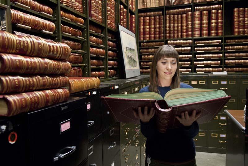 Jennifer Day es la Ciudad de Oklahoma City archivista, que trabaja en la oficina del Secretario de la Ciudad y en este trastero bóveda.  (Marcos Hancock)