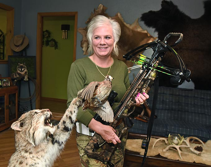 Hunting Marie with bob cat quail and Crossbow 4313mh